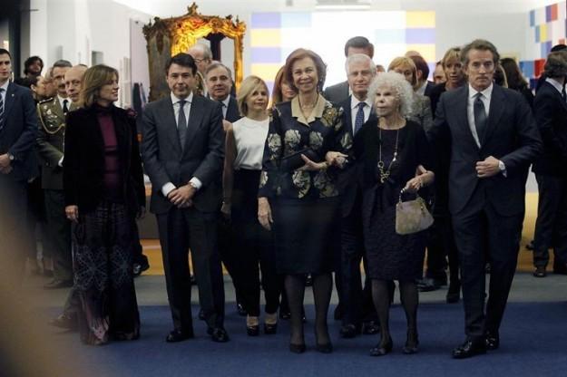 La Reina junto a la Duquesa de Alba, visitando la exposición.