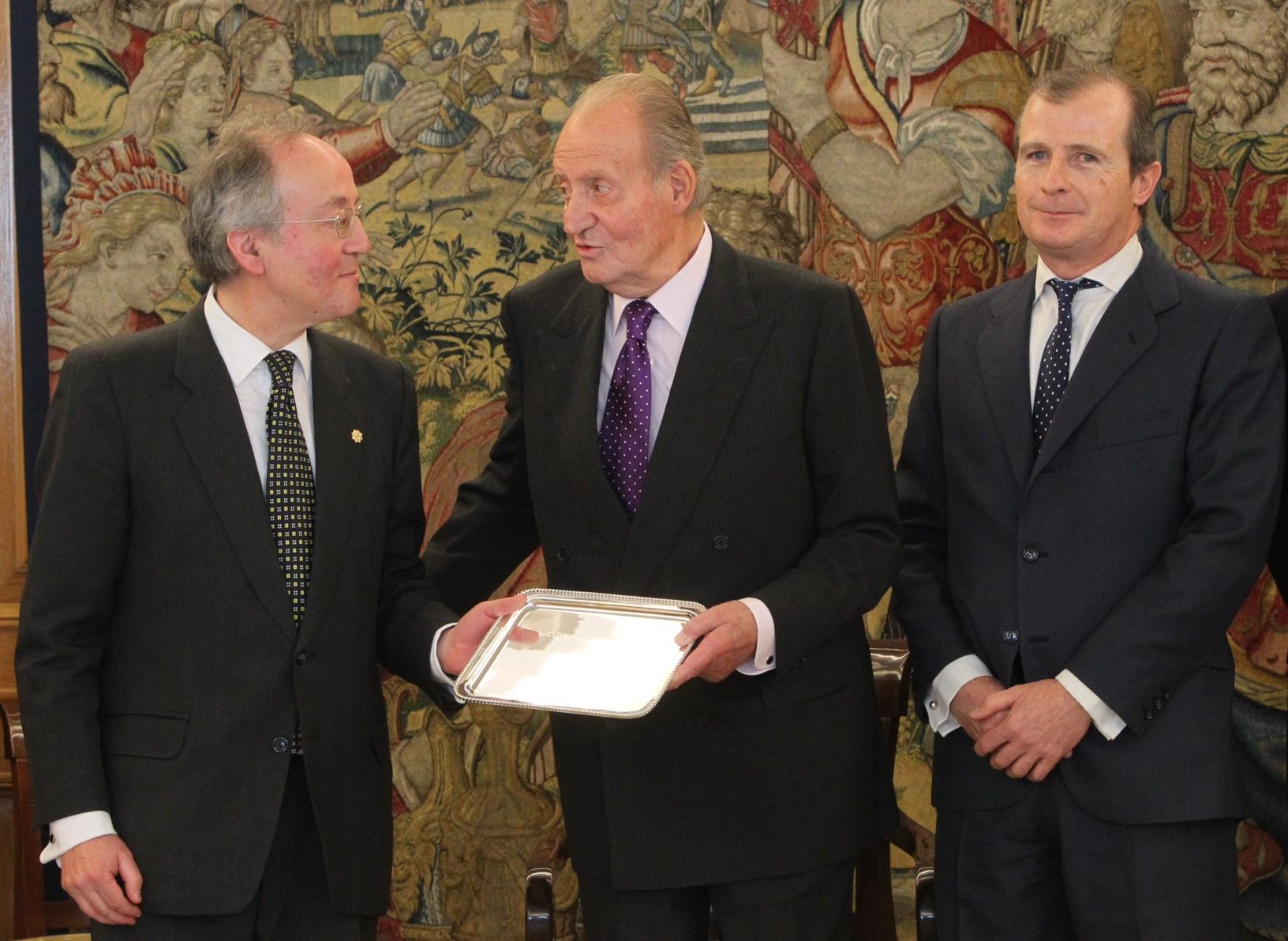 © Casa de S.M. el Rey / Borja Fotógrafos Don Juan Carlos, con Leopoldo Calvo-Sotelo y el presidente de FIES, Rafael Guardans
