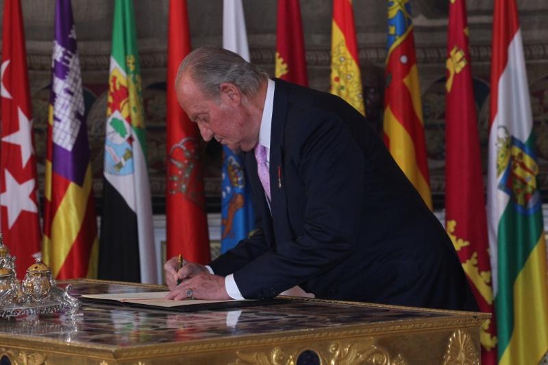 Don Juan Carlos firma la Ley de Abdicación. Casa de S.M. el Rey / Borja Fotógrafos.
