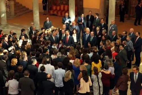 Don Felipe, rodeado por los alumnos, profesores y familiares que acudieron a la Audiencia