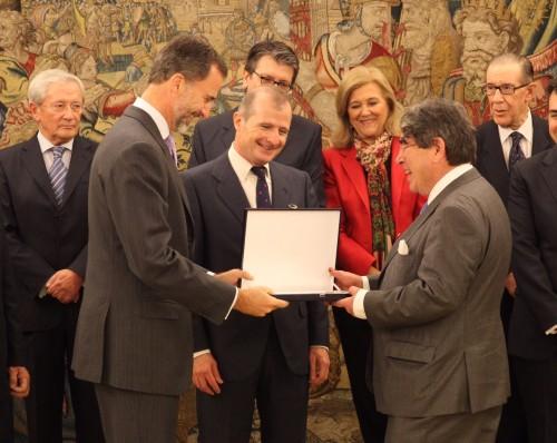 S.M. el Rey hace entrega del premio FIES de Periodismo a Tom Burns