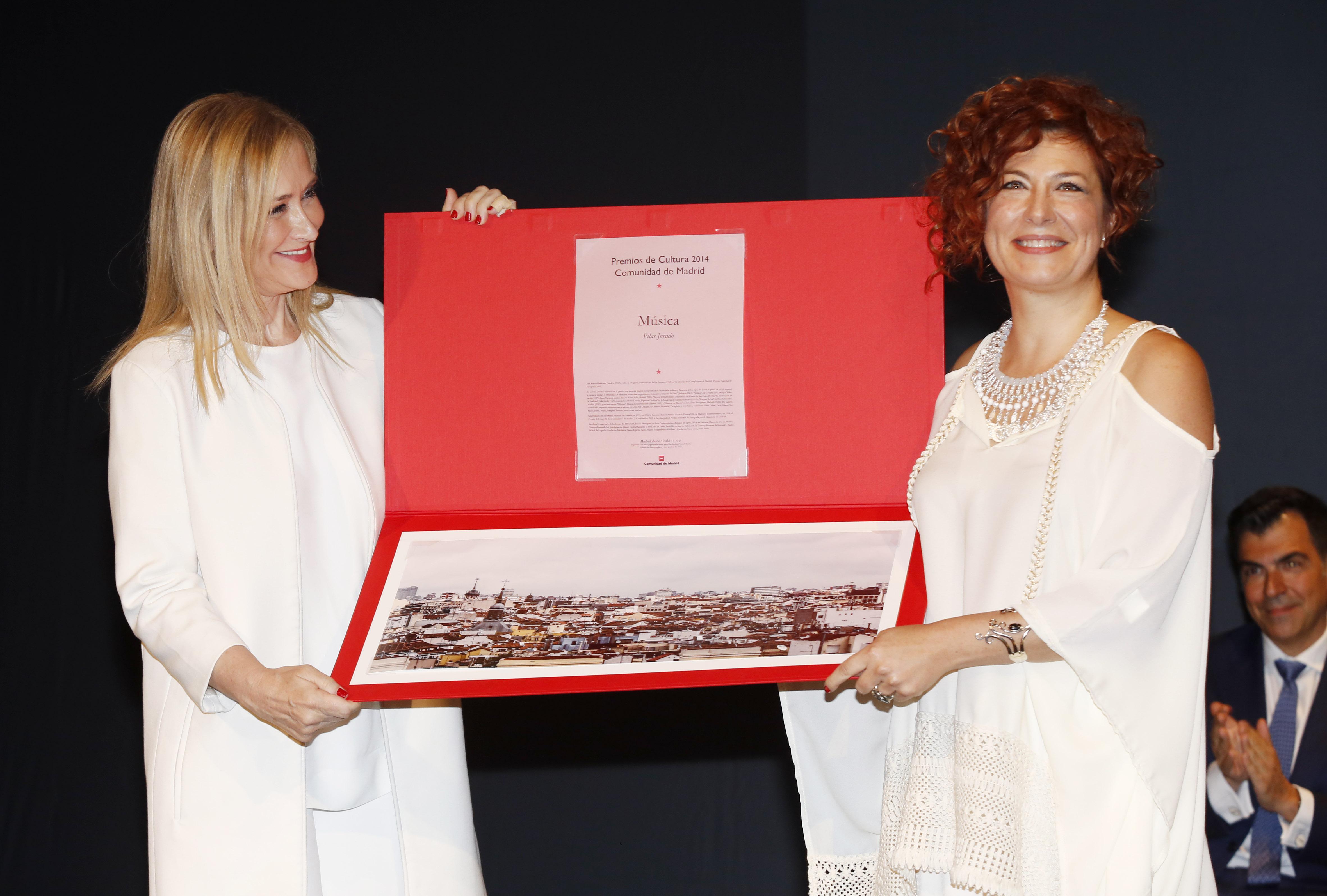 Pilar Jurado recibe el premio de manos de Cifuentes