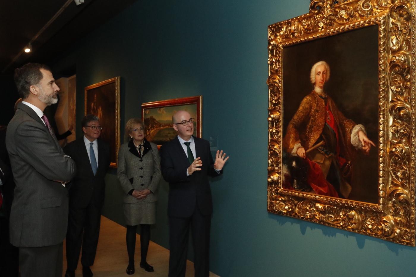 Don Felipe atiende las explicaciones de Miguel Luque, comisario de la exposición