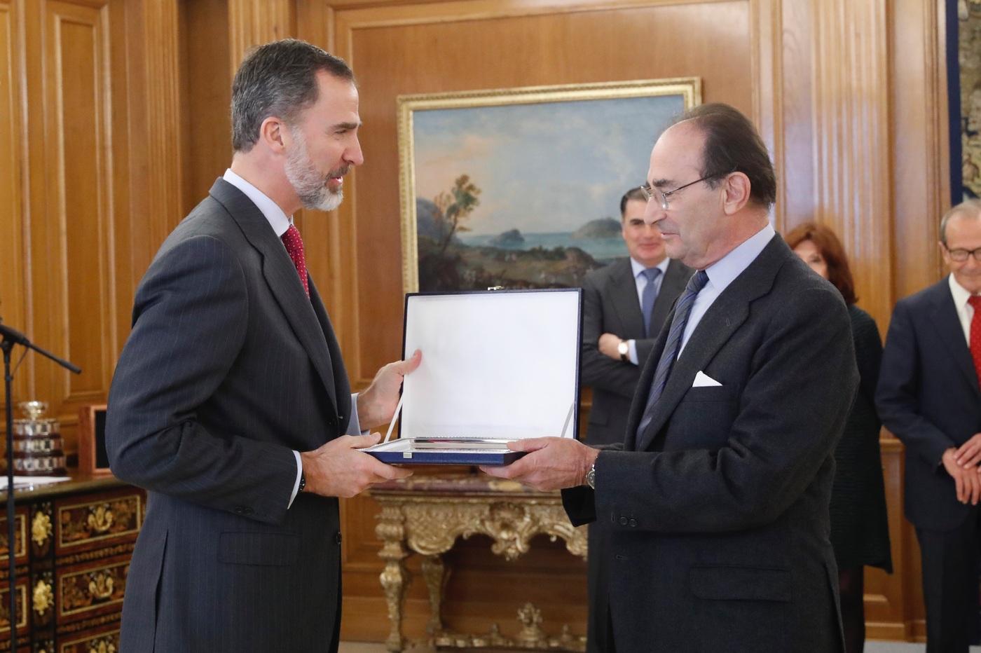 Don Felipe entrega a Emilio Lamo de Espinosa el galardón