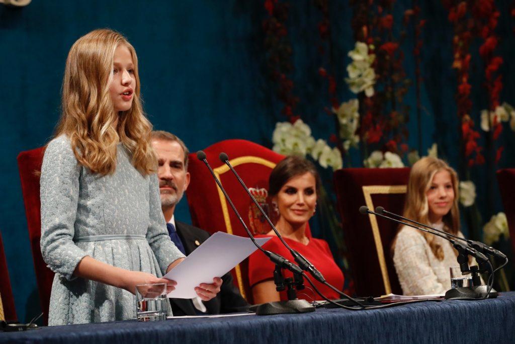 La Princesa de Asturias, durante su primer discurso, junto a los Reyes y la Infanta Sofía